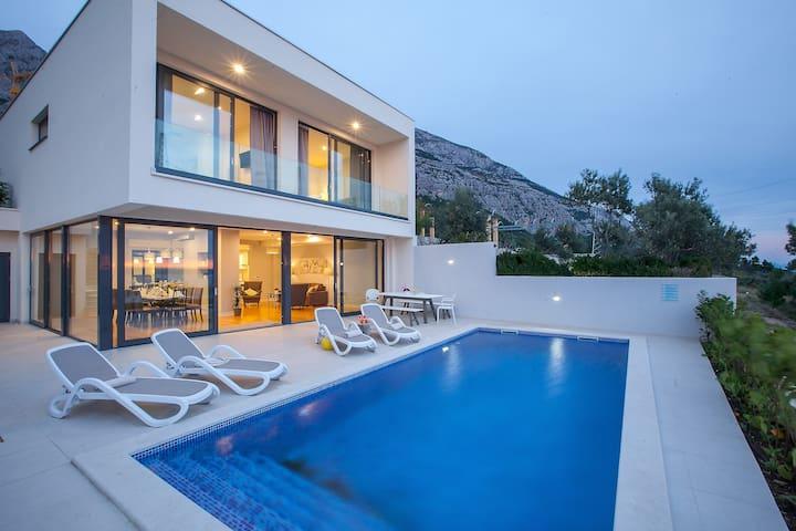 Luxury private villa, heated pool, stunning views!