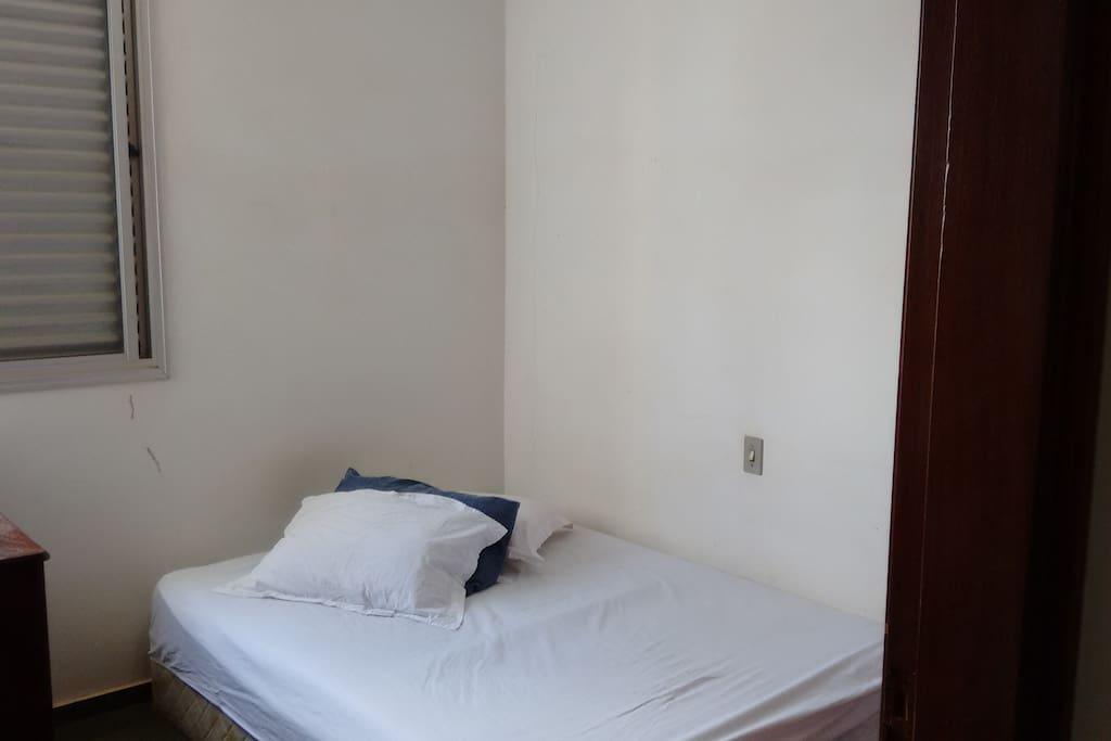 Quarto com cama de casal, armário embutido, cômoda e circulador de ar (50cm)
