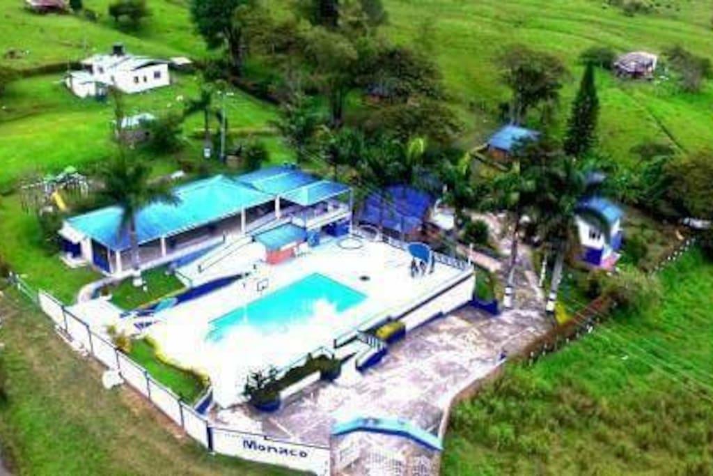 CENTRO RECREACIONAL MONACO CONTACTO 3123004450  CARACTERISTICAS: Lote de terreno de aproximadamente 1.7 hectáreas en terreno plano descendente, dos lagos de pesca deportiva . A 3 kms del casco urbano de moniquira por vía pavimentada. - Piscina - Salón social - Baños y duchas para la piscina - Bar piscina - Sauna piscina - Área de hamacas - Zona social para piscina - Balcón - Área de BBQ ( cocina, comedor, parrilla, horno)  - Parque infantil - Parqueaderos - Portada - Zona de camping - Parrillero para llanera - 4 cabañas CABAÑA PRINCIPAL 2 NIVELES - Alojamiento para veinte personas - Cocina - Comedor - Sala - Baños CABAÑA AUXILIAR - alojamiento cómodo para diez personas - baños 2 CABAÑAS GEMELAS PARA OCHO PERSONAS CADA UNA - 2 habitaciones - Baño - Cocina - Parrilla - Corredor Casa de seguridad privada  - 2 habitaciones - Baño  - Cocina - Deposito