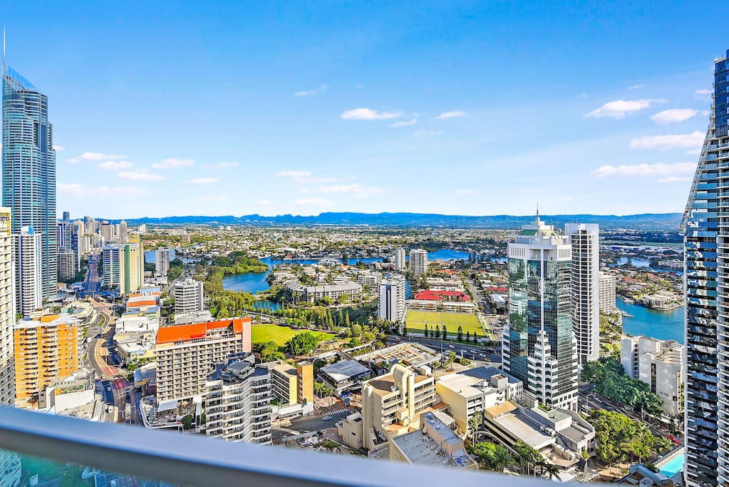Large balcony landscape on Level 31, leisure viewing, enjoy your leisure time with sprawling vista of the Surfers Paradise skyline, hinterland and river and partial ocean view 位于31楼高层的超大景观阳台,可休闲观景,能看到黄金海岸美丽天际线下的河景, 城景和远处的山景