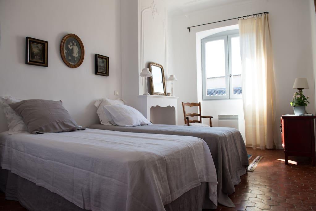 une chambre avec 2 lits en 90 ou un grand (180)