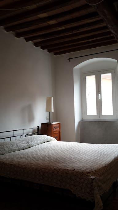 La camera da letto con letto il matrimoniale