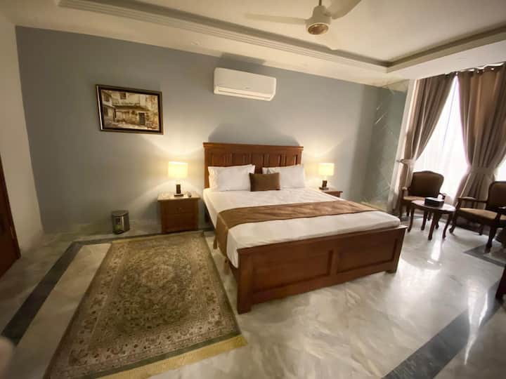 Chic Suites - Four Bedroom Beautiful Apartment