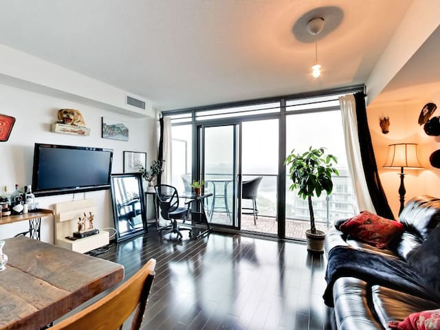 Perfect One Bedroom With Views Of Park And Lake!
