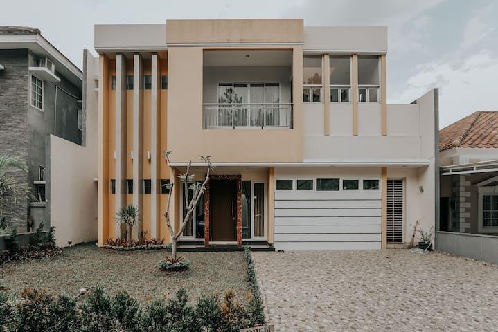 Cozy New House in Sentul City