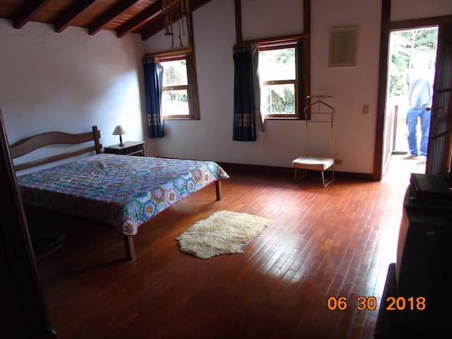 Quarto com cama de casal (Segundo andar).