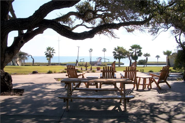 Quiet bay side condo, fishing pier, pool, tennis