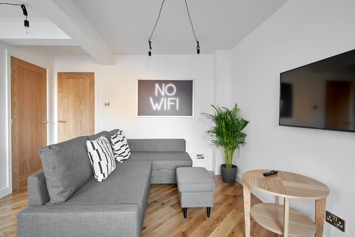 Central Bright 2 Bed Flat. Pool & Secure Parking
