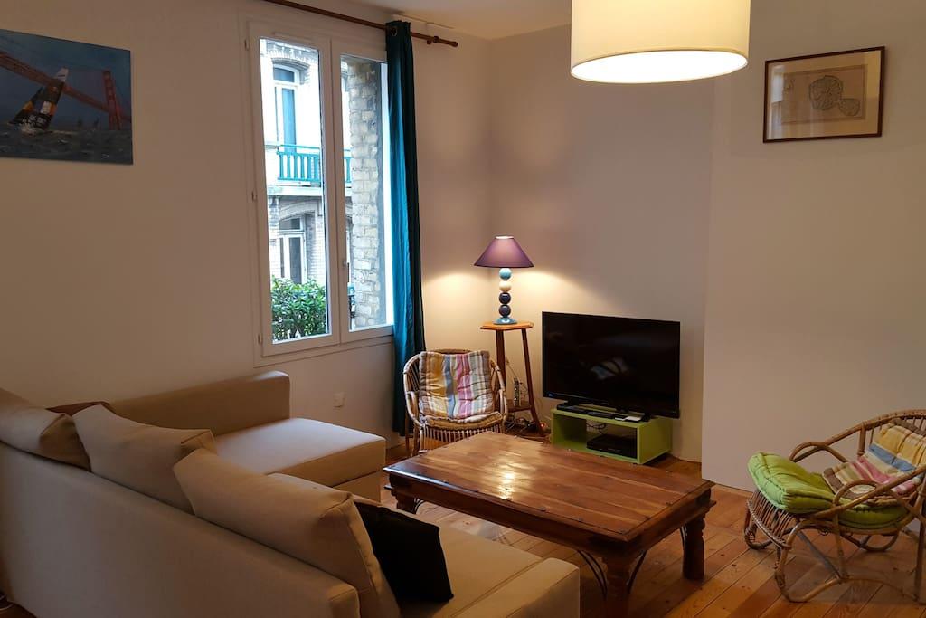 Grand salon avec canapé 3 places, fauteuils et table basse
