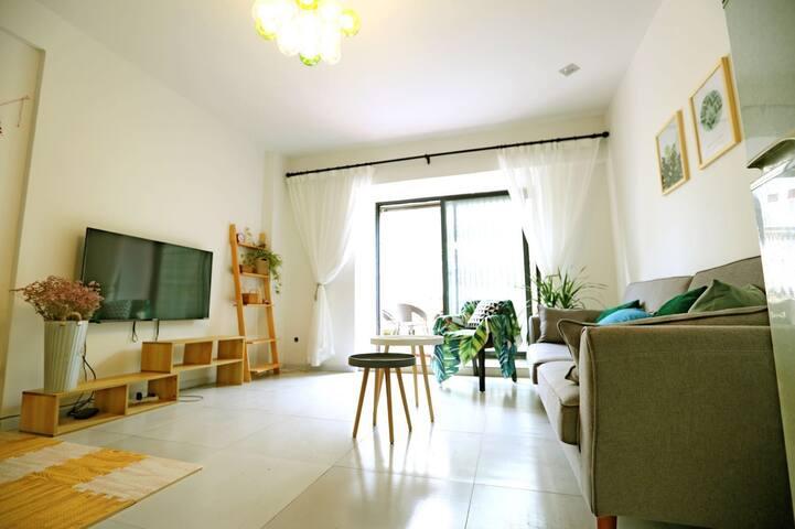 简洁清爽的客厅,还有小朋友的活动园地,是不是有一种回到童年的感觉?