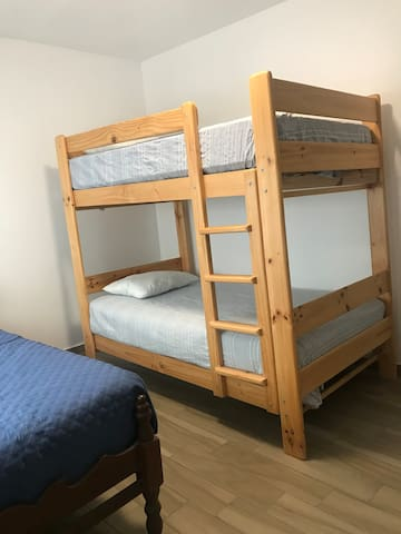 Dormitorio 2. Un camarote con dos camas de 1.5 plz y una cama de 1.5 plz.  Bedroom 2. A cabin with two beds of 1.5 plz and a bed of 1.5 plz. Quarto 2. Uma cabine com duas camas de 1,5 plz e uma cama de 1,5 plz.