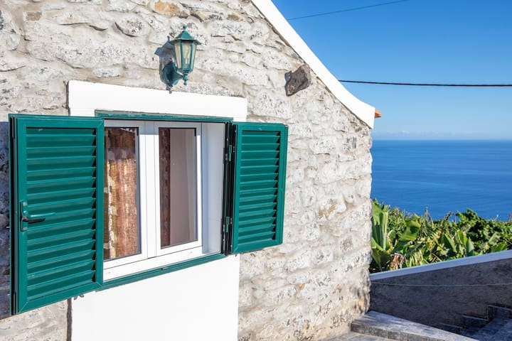 Cosy Costal Farmhouse with a Perfect View