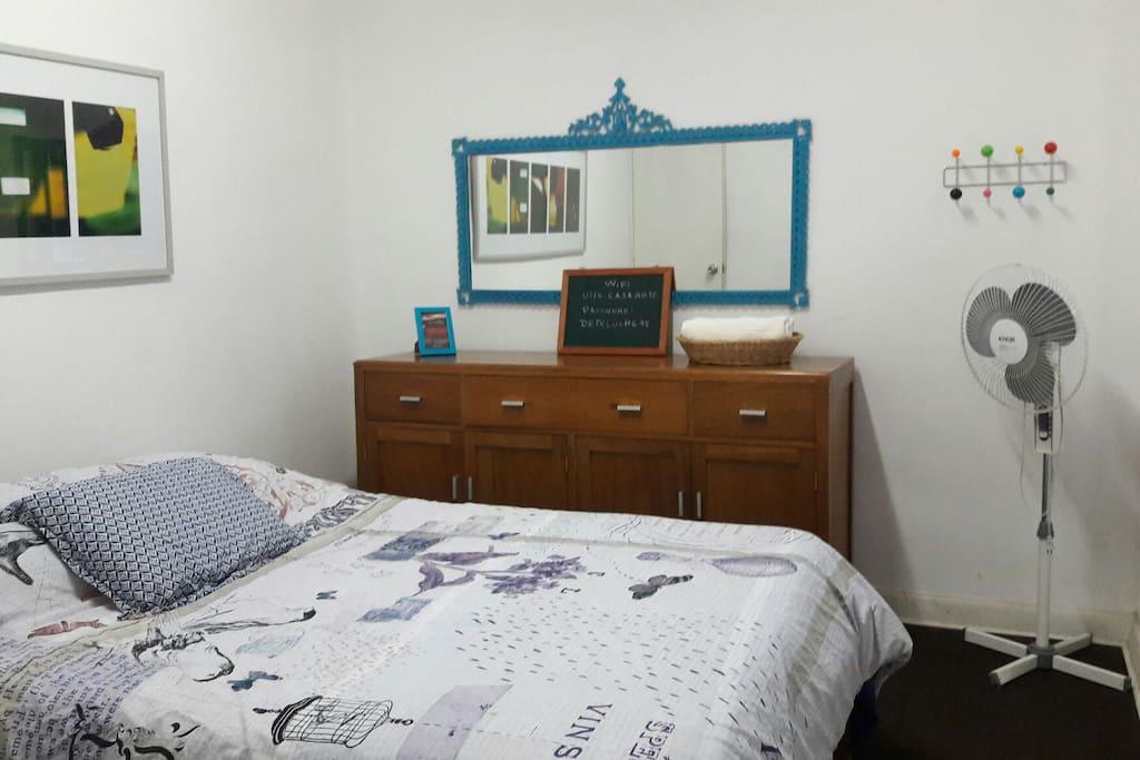 1 cuarto cama 2 plazas , comoda