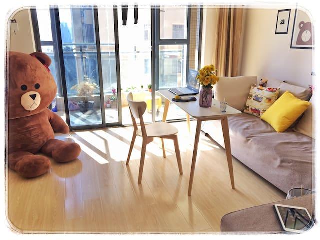 布朗熊的家~可以做饭!地铁站旁~整套房子,3室一厅!温馨简约