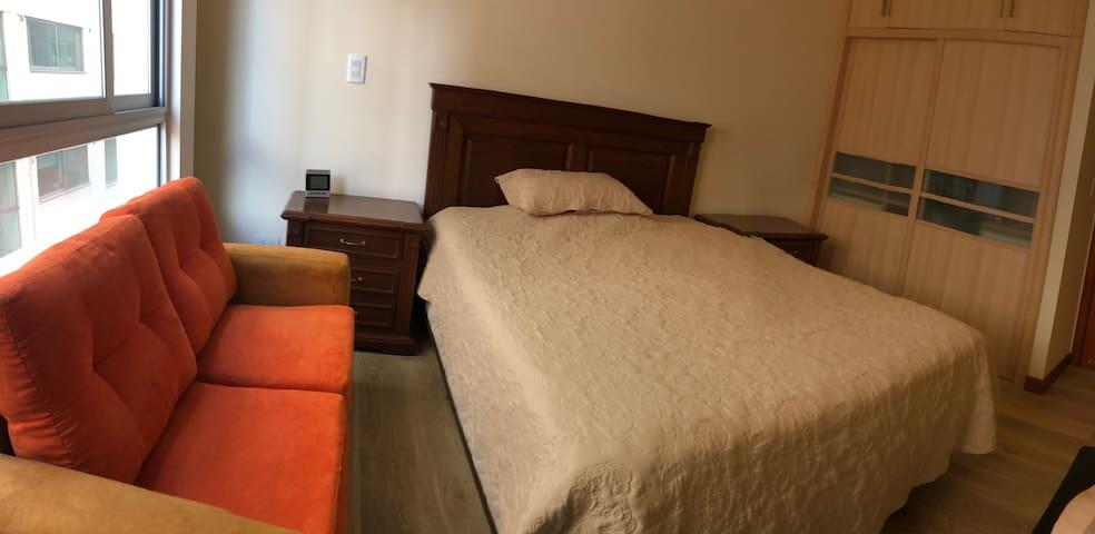 Dormitorio cómodo con muchas prestaciones en Dpto.