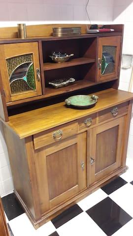 Alter Schrank in Küche