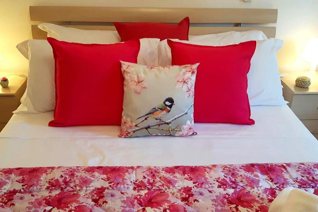 La nostra camera è equipaggiata con diversi tipi di cuscini tra cui scegliere.