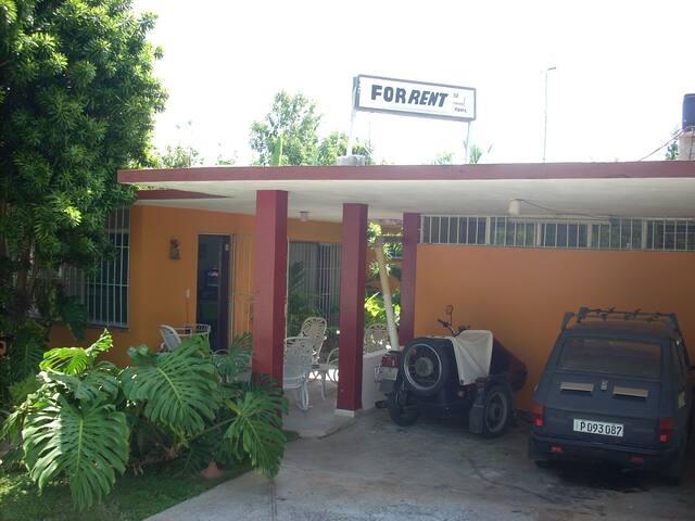 Frente de la Casa con entrada independiente y garage