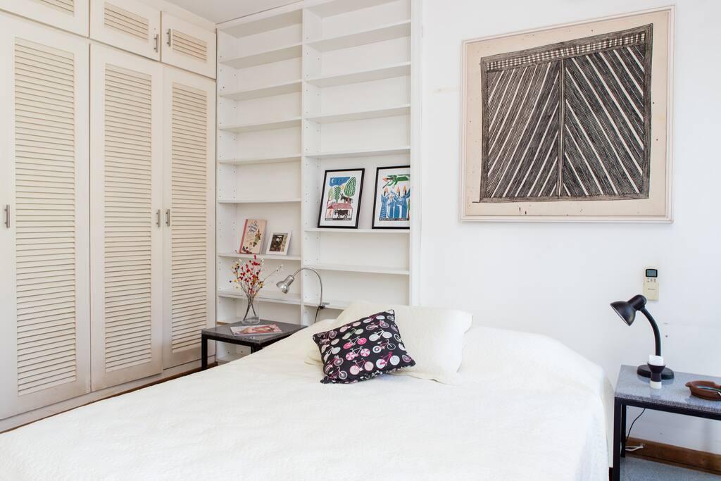 Suíte com varanda, bem confortável e privada, distante do resto do apartamento