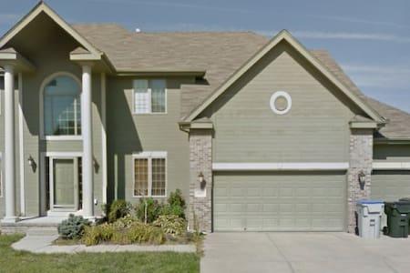 HUGE, Immaculate 5 bd SW Omaha Home - Omaha - Casa