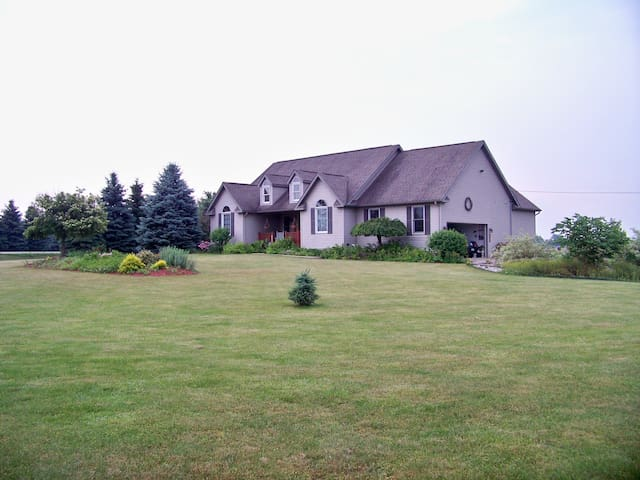 Elegant Country Home, 3+ BR, hot tub, fishing pond