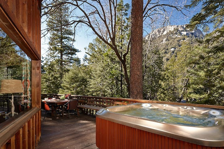 Lily Rock Lodge: Views, Hot Tub and Pool Table!