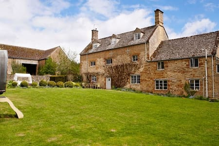 Picturesque Cotswold farmhouse - Hus