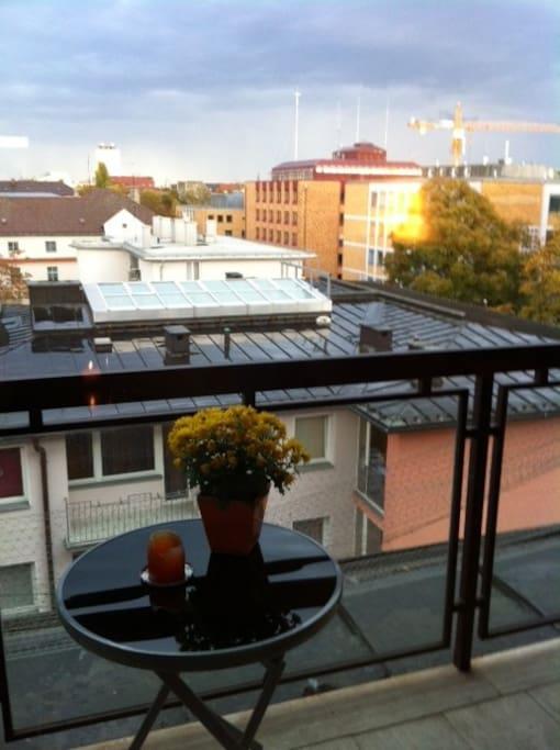Großer Balkon mit Sonnenaufgang über den Dächern Schwabings.