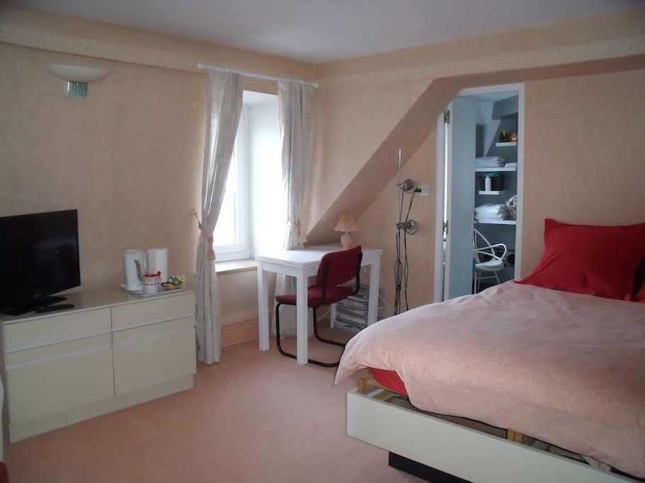 Grande suite chambre salle de bain appartements louer for Louer une chambre sans fenetre