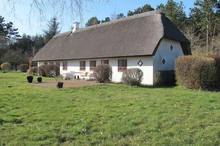Stråtækt idyl nær Mols Bjerge - Ryomgård - Huis