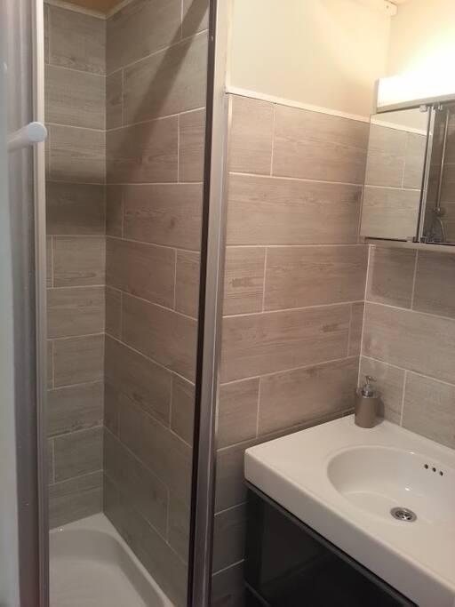 salle d'eau, meuble à tiroirs de rangement.