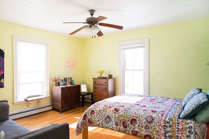 Sunny room in conveniently located Victorian house