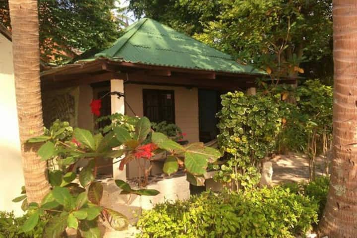Thai bungalow for 2 pers beach view
