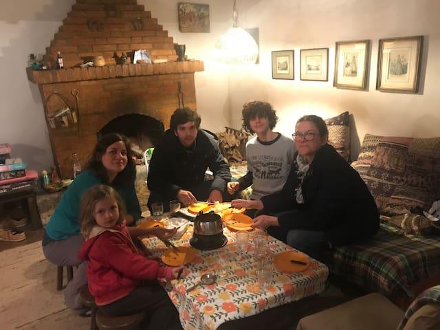 Sala de estar com lareira. Perfeito para comer um fondue em família :-)