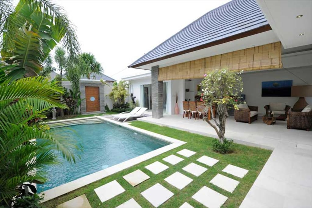 Property view of villa Lotus. Find on the background the door opening on the other part of the villa.