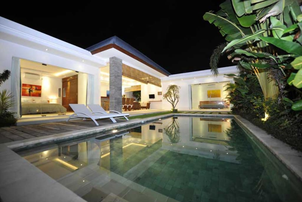 Pool view of villa Lotus. Find the two bedrooms on each side of the living room.