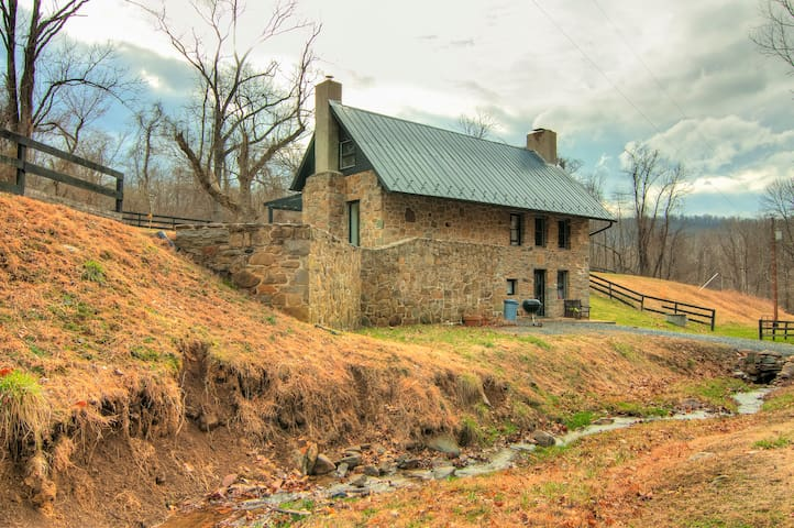 Stone School House w/ Modern Flair - Purcellville - Cabane