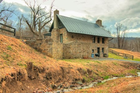 Stone School House w/ Modern Flair - Purcellville - Cabin