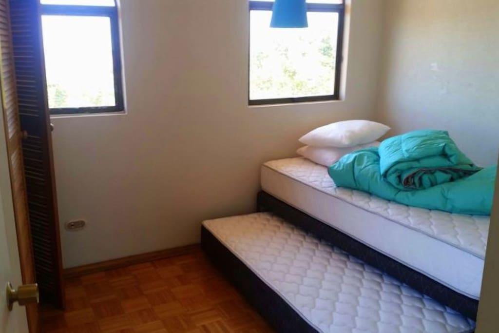 Dormitorio iluminado , cuenta con un pequeño balcón.