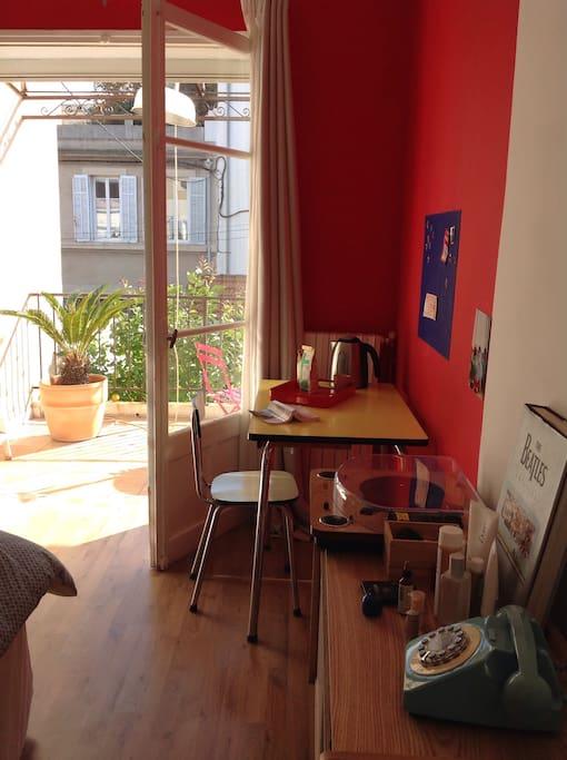 Table Formica avec bouilloire