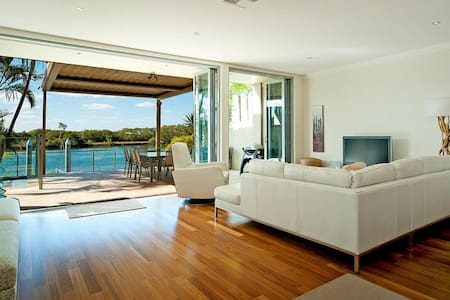 Right on the Water: Sanctuary Cove - Haus