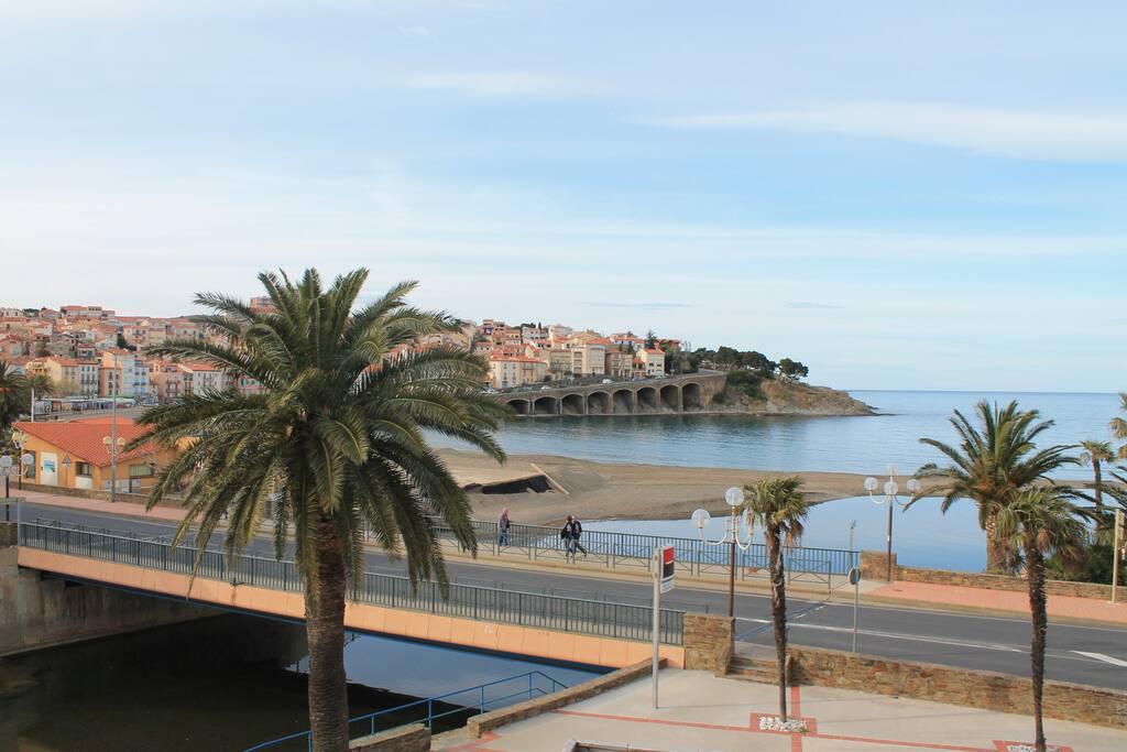 Une vue panoramique sur la mer depuis la terrasse.