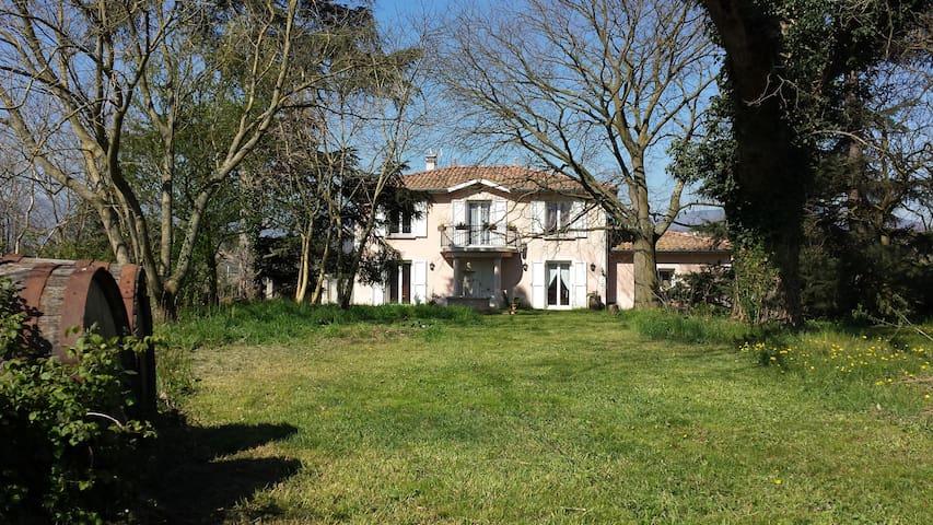 Chambre Pivoine à  L'Ecrin de Vert  - Saint-Alban-du-Rhône - Penzion (B&B)