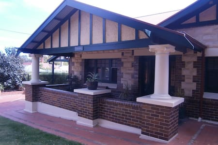 Gentlemans Bungalow Near City - Bedrooms and Loung - Prospect - Bed & Breakfast