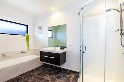 Warm house, 5 minutes walk to Taupo lookout