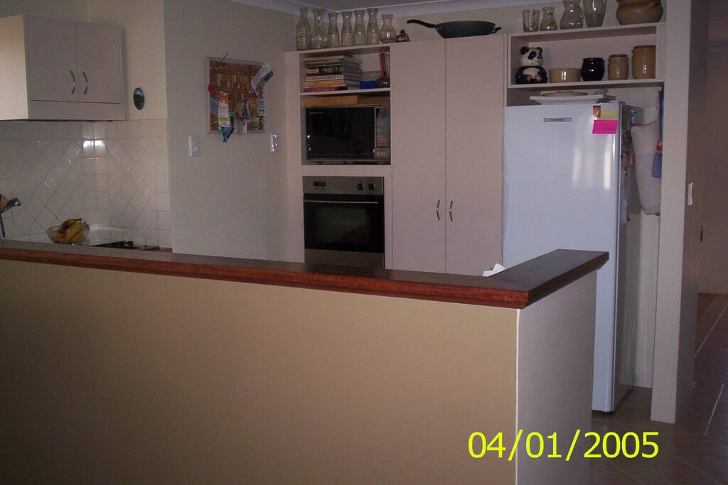 Kitchen with gas hotplates and electric oven