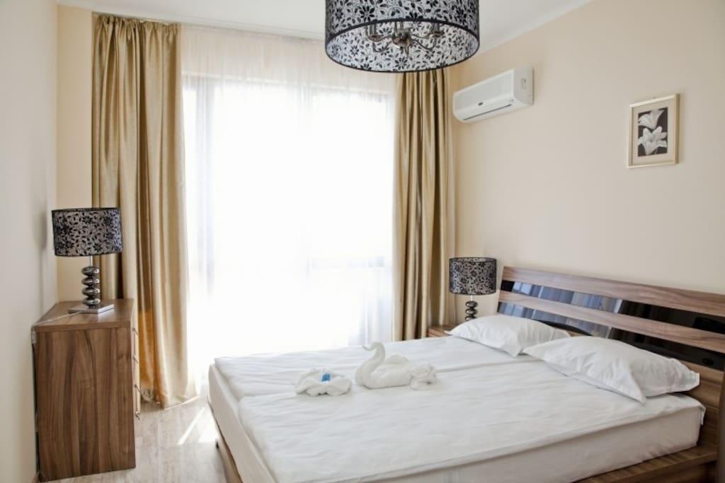 Большая спальня с панорамными окнами.
