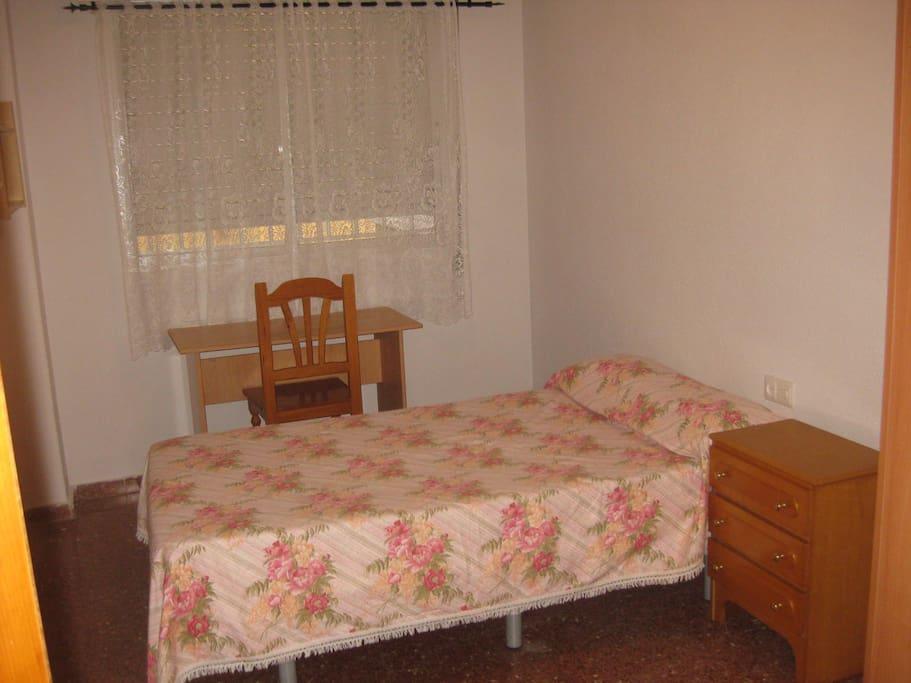 Habitación 3 con cama de 105 cms, para 1 o 2 personas.
