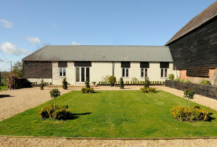 CONVERTED COMFORTABLE  BARN - Hungerford - House