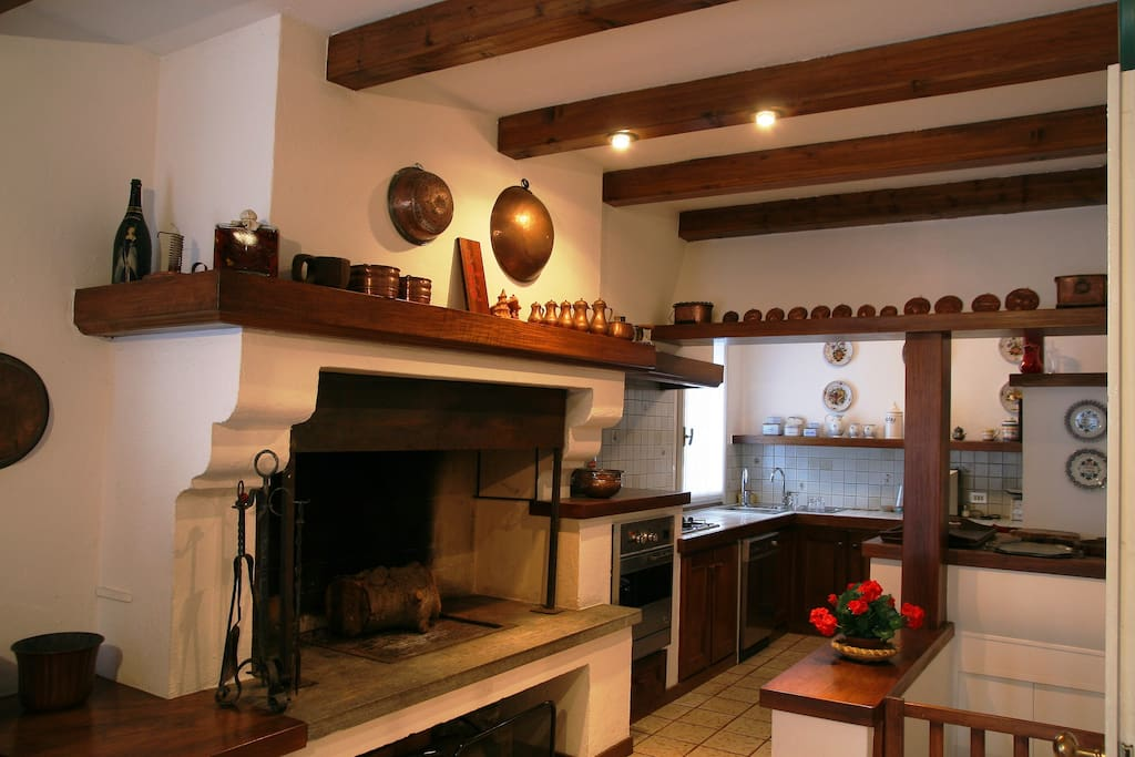 Kitchen with pellet stove and fireplace / Cucina con stufa pellet e camino
